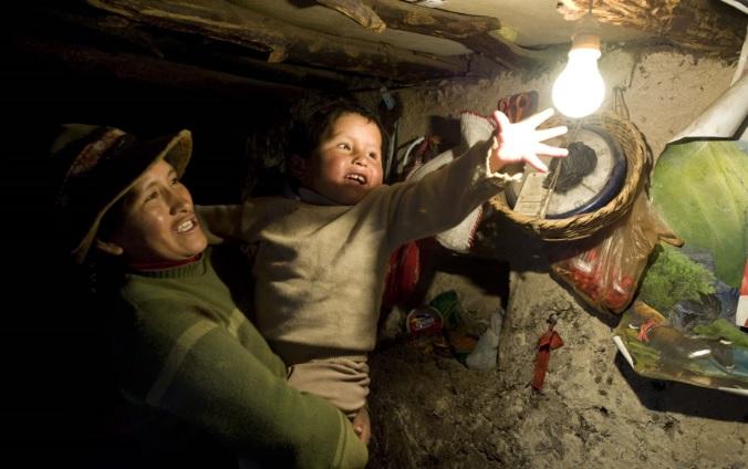 Casi un millón de peruanos se beneficiaron con obras de electrificación rural