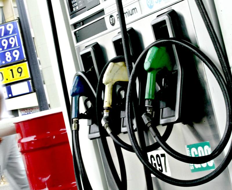Precios de combustibles registran una baja de hasta 4.9%